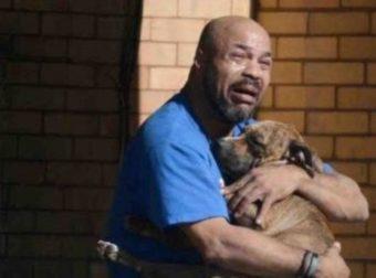 Ο σκύλος του πέθανε στην αγκαλιά του και ο σπαραγμός του κάνει το γύρο του κόσμου