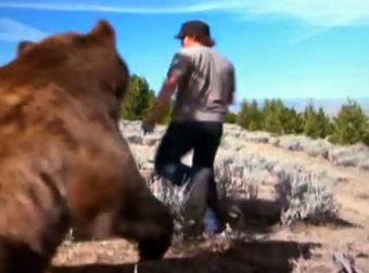 Έσωσε μια τραυματισμένη Αρκούδα από βέβαιο Θάνατο. 6 Χρόνια Αργότερα ΚΑΝΕΙΣ δεν Περίμενε ότι η Αρκούδα…