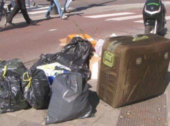 Είδε μια παραφουσκωμένη βαλίτσα στα σκουπίδια και αποφάσισε να την ανοίξει. Μόλις είδε ΤΙ είχε μέσα, πάγωσε…