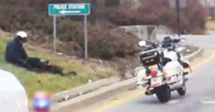 Άφησε τη μηχανή του και έκατσε στο γρασίδι. Την επόμενη μέρα αυτός ο αστυνομικός ήταν ο ήρωας της περιοχής…